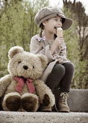 Kind mit Bär und Eis