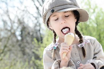 Mädchen genießt ihr Eis