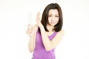シミを気にする手鏡を持った女性