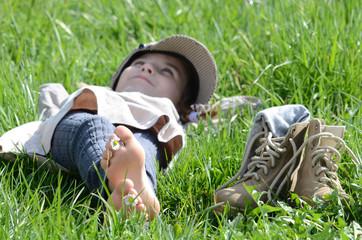 Kind liegt in der Wiese