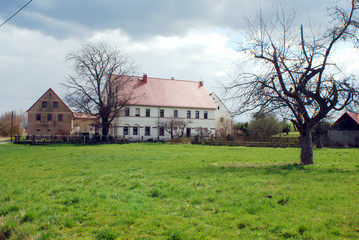 Bauernhof mit Scheunen auf Wiese