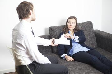 Frau bekommt ein Taschentuch bei Psychoanalyse