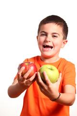 bambino mostra due mele
