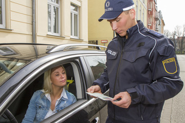 Polizei in Uniform bei verkehrskontrolle