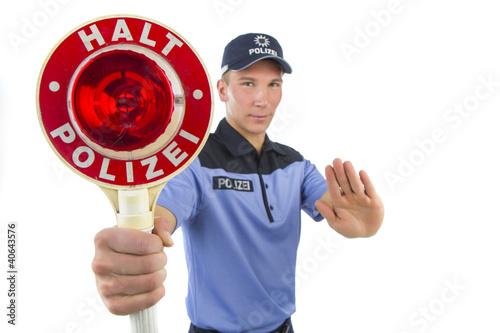 Polizist in Uniform stoppt