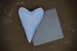 Herz in Blau auf Holz mit Schiefertafel