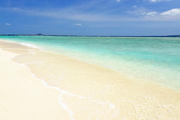 水納島の綺麗なビーチと透明な波