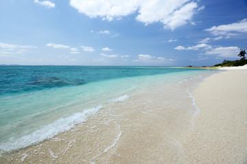 水納島の真っ白い砂浜と紺碧の空