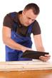 Handwerker mit Tablet-PC