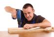 Handwerker beim Schrauben