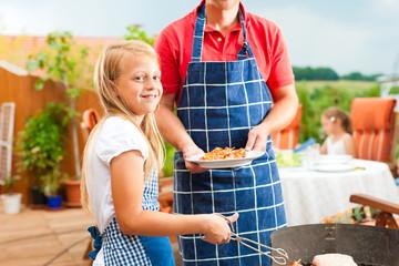 Glückliche Familie beim Grillen