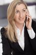Hübsche Frau beim Telefonieren