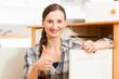 Junge Frau baut Schrank auf oder ab