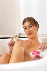 Wellness - Frau mit Sekt in der Badewanne