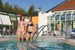 Zwei Frauen beim Wassertreten