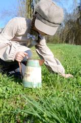 Mädchen findet ein Kleeblatt