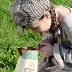 Mädchen mit alter Milchkanne