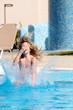 Erfrischung - Mädchen springt ins Wasser- Wasserbombe