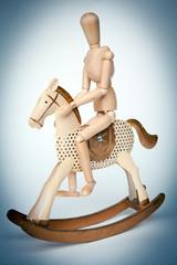 cavallo a dondolo con manichino