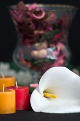 Composizione con potpourri, fiore di calla e candele