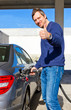 Autofahrer an der Tankstelle mit Daumen nach oben