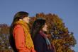 Amigas disfrutando al aire libre en otoño.