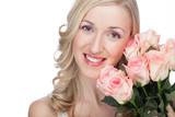 Frau hält schönen Straus Rosen