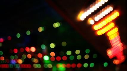 Sich schnell im Takt bewegende bunte Lichter