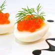 Roter Kaviar auf gekochtem Ei