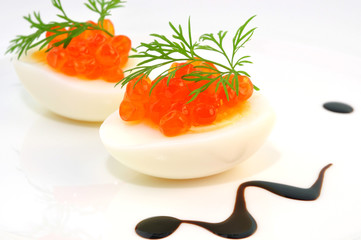 Gekochte Eier mit rotem Kaviar