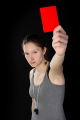 Junge Frau zeigt rote Karte