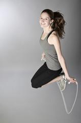 Junge Frau beim Seilspringen