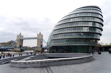 Londra, architettura moderna sullo sfondo del Tower Bridge