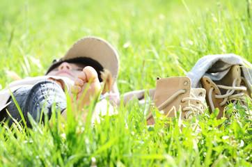 Barfüßiges Kind im Gras