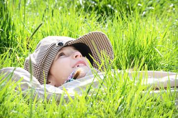 Kind genießt die ersten Sonnenstrahlen