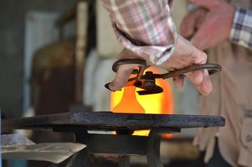 Artigiano taglia il vetro