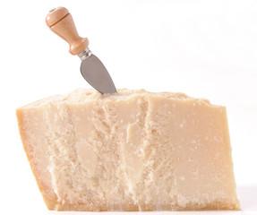 Formaggio Parmigiano su sfondo bianco