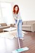 Junge rothaarige Frau bei der Hausarbeit