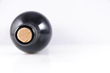 bottiglia bordolese sdraiata con tappo