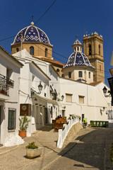 Calle de Altea e iglesia.