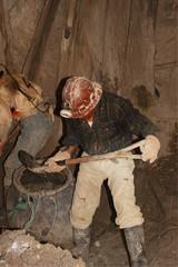 minatori nella miniera di potosì in bolivia