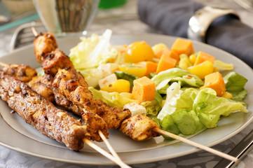 assortiment de brochettes et salade composée 4