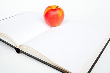 libro bianco con mela
