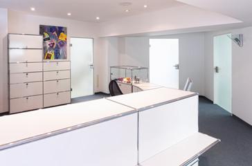 Empfangstresen mit drei Bürotüren Glas modern