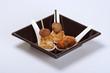 aperitivo in cucchiaio di ceramica su fondo bianco