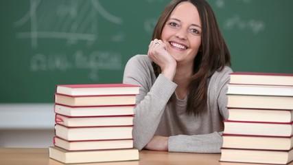 lächelnde frau im klassenzimmer