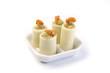 aperitivo in piattini di ceramica su fondo bianco