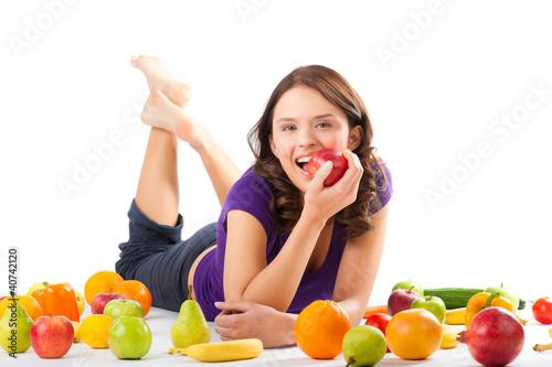 zdrowa-zywnosc-mloda-kobieta-z-owocami