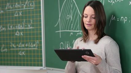 lehrerin mit tablet-computer in der klasse