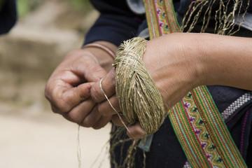 donna che ricama una borsa a sapa, vietnam
